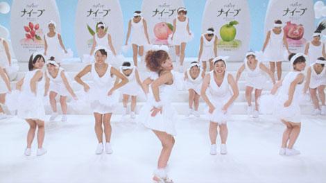 「はじめ人間ギャートルズ」の替え歌にのせて軽快なダンスを披露する辻希美