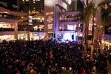 イベントに参加できたのはわずか500人。抽選に外れた3000人を超えるファンが会場に詰めかけた