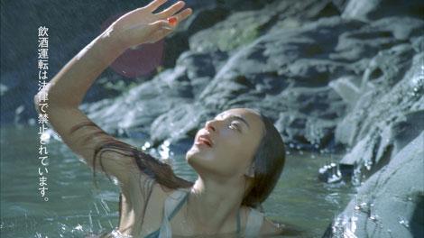 滝つぼで洋服のまま泳ぐ長谷川潤