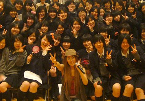 下北沢成徳高校の卒業式でサプライズライブを行ったMetis