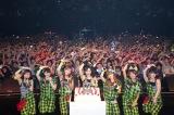 ファンと一緒に、ニューシングル「雄叫びボーイ WAO!」のポーズをとるBerryz工房
