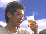 新CMでさわやかな飲みっぷりを披露する佐藤隆太