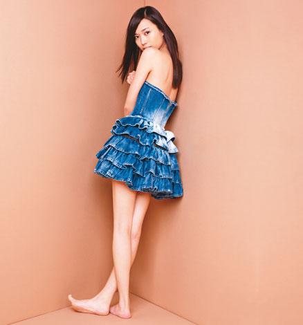 サムネイル 『anan』(3月10日発売号)で超ミニスカート姿でキレイな脚を披露する戸田恵梨香