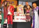 『ファンタ』新CMに出演するロックバンド・FANTAの正体は(左から)マーティ・フリードマン、氣志團の綾小路翔、曙、谷村奈南、THE ALFEEの高見沢俊彦の5人だった! (C)ORICON DD inc.