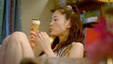 「時々自分を甘やかそう〜」と歌いながらアイスを食べる綾瀬はるか/『ジャイアントコーン』新CM