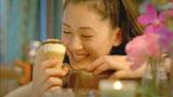 嬉しそうにアイスを見つめる綾瀬はるか/『ジャイアントコーン』新CM