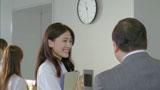 昼間、会社での部長とのやりとりを思い返す綾瀬はるか/『ジャイアントコーン』新CM