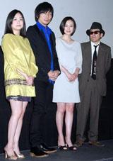 (写真左から)池脇千鶴、大森南朋、中谷美紀、矢崎仁司監督 (C)ORICON DD inc.