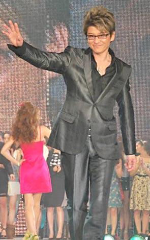 サムネイル 人気ファッションショー『神戸コレクション2010 SPRING/SUMMER』の東京公演でランウェイデビューを飾った哀川翔 (C)ORICON DD inc.