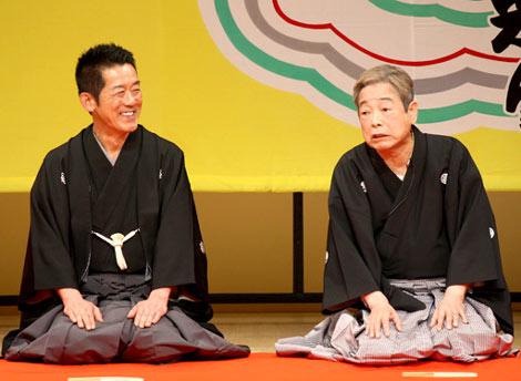 六代目三遊亭円楽(左)の襲名披露口上に飛び入り参加した立川談志