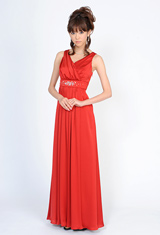 モデル体型を活かしてドレスも着こなす