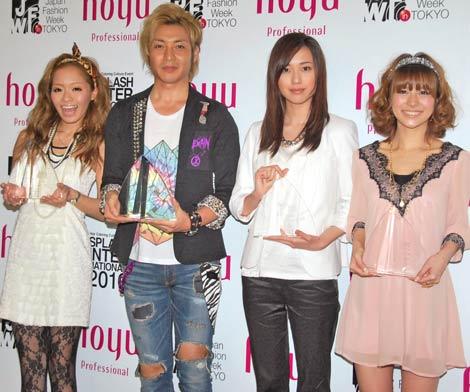 『HAIR COLORING AWARD 2010』授賞式に出席した(左から)小森純、つるの剛士、戸田恵梨香、神戸蘭子 (C)ORICON DD inc.
