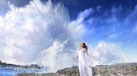 真っ白なロングドレスを身にまとう後藤久美子/『キリン 1000(サウザン)』新CM