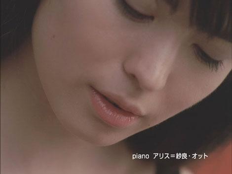 ショパンのワルツをピアノで演奏するアリス=紗良・オット/オルビス新CM