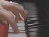 ピアノの鍵盤をアリス=紗良・オットの指が走るオルビス新CM
