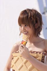 アイスを食べる姿もキュートな南明奈/『ザックリッチ』(ロッテアイス)CM撮影のワンカット