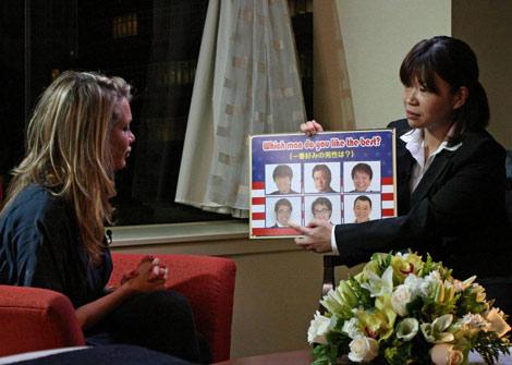 サムネイル タイガーの元不倫相手、ロレダナ・ジョリーさん(左)を取材するオアシズ・大久保佳代子(右)
