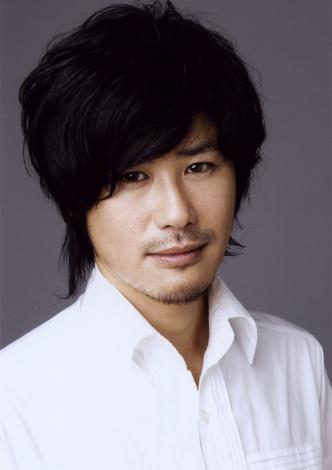 サムネイル 結婚を発表した、個性派俳優・鈴木一真