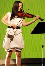 日本テレビ系情報番組『NEWS ZERO』の新メンバーお披露目会見でバイオリンの生演奏を披露した宮本笑里 (C)ORICON DD inc.