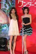 赤谷(左)とモデル・七菜香(右)の2ショット。ふたりはともにSeventeen出身で仲良し。