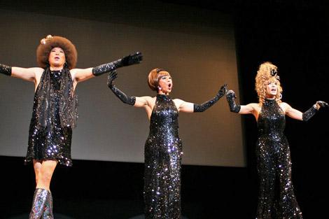 『第2回沖縄国際映画祭』での舞台あいさつで、パフォーマンスを披露する矢島美容室 (C)ORICON DD inc.