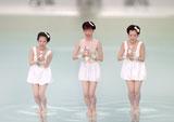 コミカルなダンスを披露する弥生(中央)/『鉄骨飲料』(サントリー)新CM