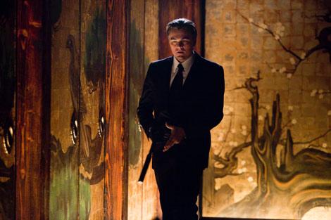 米俳優レオナルド・ディカプリオ主演作『インセプション』より 日本の障壁画らしきものが写り込んでいる (C) 2010 WARNER BROS.ENTERTAINMENT INC.