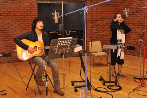 『ハーブの恵み』(養命酒製造)のCMソングを担当する秦基博と元ちとせのレコーディング風景