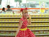 """『きのこの山』(明治製菓)新CMで""""竹の子族""""風の衣装を着てノリノリのダンスを披露する木下優樹菜"""