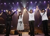 "Every Little Thingのツアー『Every Little Thing Concert Tour 2009〜2010 ""MEET""』最終日に元メンバー・五十嵐充(左)がゲスト出演"