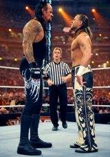 『レッスルマニア26』の模様 アンダーテイカー(左)とショーン・マイケルズがしびれる睨み合い (C) 2010 WorldWrestling Entertainment, Inc. All Rights Reserved.
