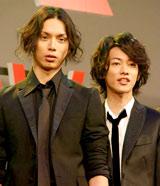 映画『BECK』の製作報告会見に出席した(左から)水嶋ヒロ、佐藤健