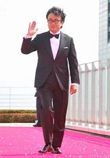 スペシャルドラマ『わが家の歴史』の完成披露報告会が行われ、強風のなかレッドカーペットに登場した三谷幸喜