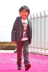 スペシャルドラマ『わが家の歴史』の完成披露報告会が行われ、強風のなかレッドカーペットに登場した加藤清史郎