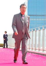 スペシャルドラマ『わが家の歴史』の完成披露報告会が行われ、強風のなかレッドカーペットに登場した高田純次
