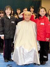 ミュージカル『アニー』の都内での稽古後、毎年恒例の剃髪式を行い丸坊主になった目黒祐樹(中央) (C)ORICON DD inc.