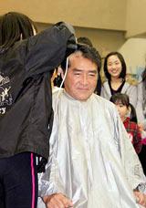 ミュージカル『アニー』の都内での稽古後、毎年恒例の目黒祐樹の剃髪式の模様 (C)ORICON DD inc.