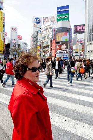 再来日で渋谷を闊歩するスーザン・ボイル photo by Joel Anderson