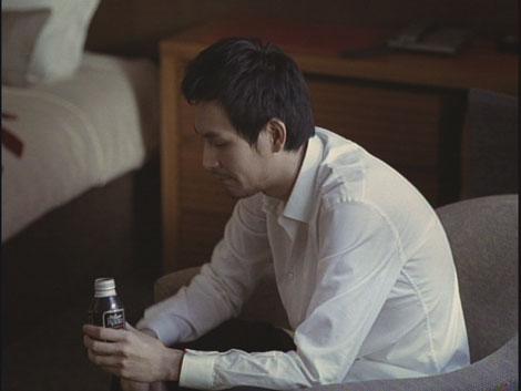 ホテルの一室で缶コーヒー片手に物思いにふける松田龍平/『ルーツ アロマブラック』(JT)新CM