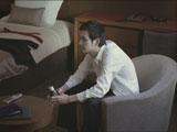 1人、ホテルの部屋にたたずむ松田龍平/『ルーツ アロマブラック』(JT)新CM
