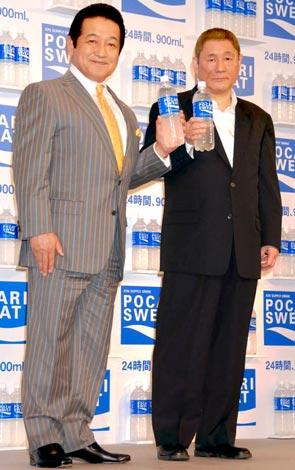 『ポカリスエット』新CMキャラクター発表会で草野仁(左)とトークショーを繰り広げた北野武 (C)ORICON DD inc.