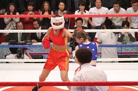 サムネイル ステファニー・ダブス選手を相手にボクシング対決に挑戦した北陽・虻川美穂子