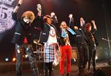 ライブ終了後、全員で万歳をするSOPHIA(左から黒柳能生、松岡充、都啓一、赤松芳朋、豊田和貴)