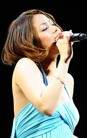 サムネイル 『Hello Smile Live 2010』のステージで熱唱する伊藤由奈