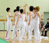 TBSドラマ『タンブリング』の制作発表で初披露した新体操の演技前に気合いを入れる9人 (C)ORICON DD inc.