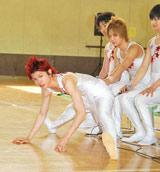 TBSドラマ『タンブリング』の制作発表で、劇中の新体操演技で一番キツかったという「またわり」の成果を披露した主演の山本裕典 (C)ORICON DD inc.
