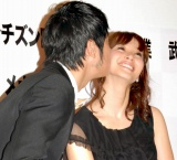 『2010 よい夫婦の日 ナイス・カップル大賞』授賞式で、甘いキスをお披露目した品川庄司・庄司智春(左)&藤本美貴夫妻 (C)ORICON DD inc.