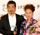 『2010 よい夫婦の日 ナイス・カップル大賞』を受賞した宇崎竜童&阿木燿子夫妻 (C)ORICON DD inc.