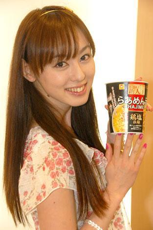 笑顔でカップラーメンのPRに臨んだ秋山莉奈 (C)ORICON DD inc.
