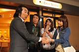本人役でドラマに出演する浦野一美(右端)
